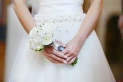 Braut, die Blumen an der Hochzeitszeremonie hält Lizenzfreie Stockbilder
