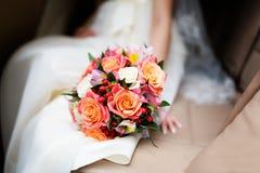 Braut, die Blumenblumenstrauß anhält Lizenzfreie Stockfotografie