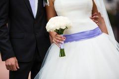 Braut, die Blumenblumenstrauß anhält Stockfotos