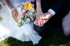 Braut, die Blumenblumenstrauß anhält Lizenzfreie Stockbilder