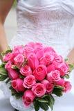 Braut, die Blumenstrauß anhält Stockfotos