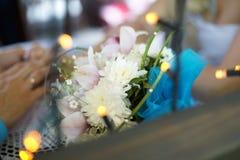 Braut, die Blumenstrauß der roten Rosen hält Stockfotografie