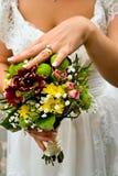 Braut, die Blumenstrauß hält Stockfotos