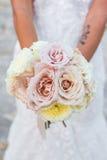 Braut, die Blumenstrauß hält stockbild