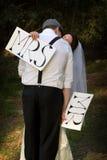 Braut, die Bräutigam küßt Lizenzfreie Stockfotografie