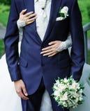 Braut, die Bräutigam umarmt Stockbilder