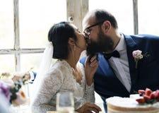 Braut, die Bräutigam Wedding Reception küsst stockbilder