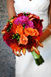 Braut, die bunten großen Blumenstrauß anhält Lizenzfreies Stockbild