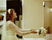 Braut, die den Blumenstrauß wirft Lizenzfreie Stockfotos