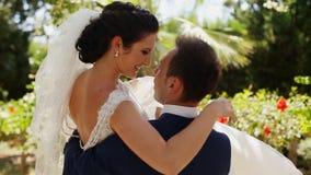 Braut, die den Bräutigam auf seinen Händen einkreist stock video footage