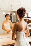 Braut, die in den Spiegel anstarrt Lizenzfreie Stockbilder