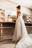 Braut, die in den Spiegel anstarrt Lizenzfreies Stockbild