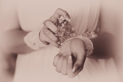 Braut, die Duftstoff auf ihrem Handgelenk anwendet Lizenzfreie Stockfotos