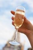 Braut, die ein Glas Champagner anhält stockbild