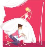 Braut, die ein Kleid befestigt Stockfoto