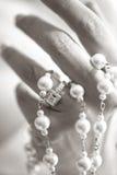 Braut, die ein Rosenbeet mit einem Ring anhält Lizenzfreie Stockfotografie