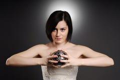 Braut, die eine silberne Kugel anhält lizenzfreies stockfoto