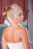 Braut, die eine Tiara und ein Weißkleid trägt Stockfotos