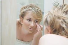Braut, die in einem Spiegel schaut stockfotografie