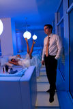 Braut, die in einem stilvollen Aufenthaltsraum liegt stockfotografie