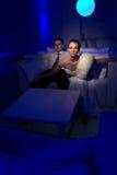 Braut, die in einem stilvollen Aufenthaltsraum sitzt Stockfotografie