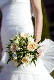 Braut, die einen Blumenstrauß anhält Lizenzfreie Stockbilder