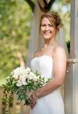 Braut, die einen Blumenstrauß anhält Stockfoto