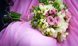 Braut, die einen Blumenstrauß hält Stockfotos