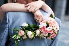 Braut, die einen Hochzeitsblumenstrauß anhält Stockbilder