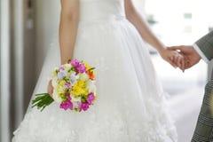 Braut, die einen Hochzeitsblumenstrauß anhält Stockfoto
