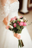 Braut, die einen schönen Blumenstrauß von rosafarbenen und weißen Blumen hält stockfotos