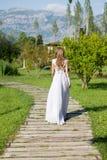 Braut, die entlang den Weg zum Altar geht Stockbilder