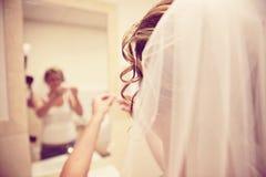 Braut, die fertig wird Lizenzfreie Stockfotos