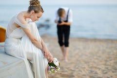 Braut, die für ihren Bräutigam aufwirft Lizenzfreie Stockfotos