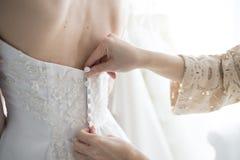 Braut, die gezwungen worden ist, ein Kleid zu tragen lizenzfreies stockbild