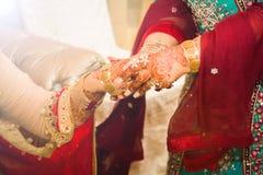 Braut, die Goldverzierungen erhält Weicher Fokus Stockbild