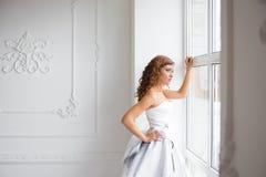 Braut, die heraus das Fenster schaut, stockfotografie