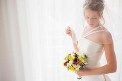 Braut, die hinter ihrem Schleier sich versteckt Stockfotografie