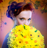 Braut, die hinter Luxuxblumenstrauß sich versteckt Lizenzfreie Stockfotos