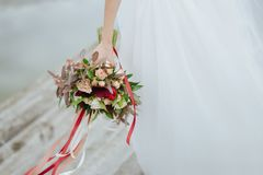 Braut, die Hochzeitsblumenstrauß auf Hochzeitszeremonie hält Stockfoto