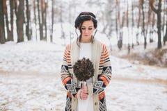 Braut, die Hochzeitsblumenstrauß hält Lizenzfreie Stockbilder