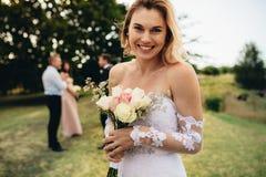 Braut, die Hochzeitsfest glücklich betrachtet Lizenzfreie Stockfotografie