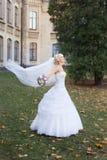 Braut, die am Hochzeitstag geht Stockfoto