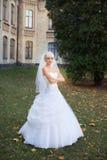 Braut, die am Hochzeitstag geht Lizenzfreie Stockfotos