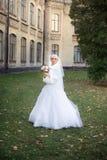Braut, die am Hochzeitstag geht Lizenzfreies Stockfoto