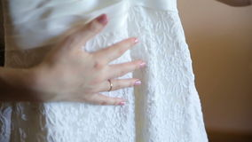 Braut, die ihre Kleiderhand streicht stock footage