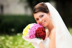 Braut, die in ihrem Hochzeitstag aufwirft Stockfotografie