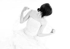 Braut, die ihren Schleier vorbereitet lizenzfreie stockfotografie
