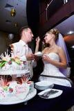 Braut, die ihren Verlobthochzeitskuchen speist stockfoto