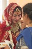 Braut, die an ihrer Hochzeit emotional erhält stockfotos